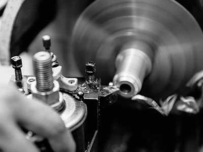 handgefertigte Leder- und Metallteile für Motorräder